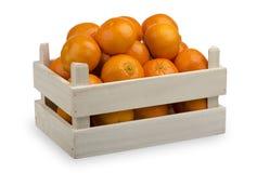 Uma caixa de madeira com os mandarino frescos isolados no fundo branco Foto de Stock Royalty Free