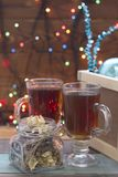 Uma caixa de madeira, presentes e dois copos do chá Imagens de Stock