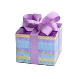Uma caixa de presente descascada pequena com uma curva roxa Fotografia de Stock Royalty Free