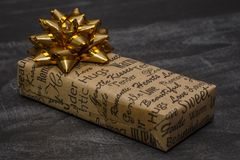 Uma caixa de presente pequena em uma tabela Imagem de Stock Royalty Free