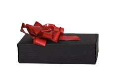 Uma caixa negra com uma fita vermelha. Fotos de Stock Royalty Free