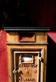 Uma caixa postal do vintage em uma parede vermelha Fotografia de Stock