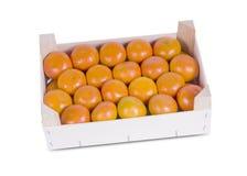 Uma caixa rústica de madeira completamente de Clementine Mandarin Oranges. imagens de stock