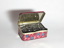 Uma caixa velha da lata completamente de pregos da sapata Fotos de Stock Royalty Free