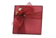Uma caixa vermelha com uma fita vermelha. Fotos de Stock Royalty Free