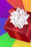 Uma caixa vermelha em um fundo colorido Imagens de Stock Royalty Free