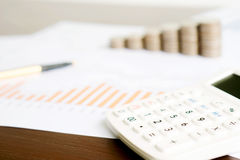 Uma calculadora do foco seletivo, lápis, moeda no original da carta imagens de stock