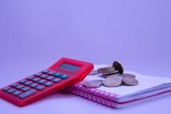 Uma calculadora no caderno e no dinheiro seguinte imagens de stock