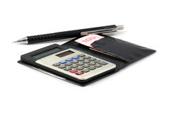 Uma calculadora, uma pena e dinheiro tailandês Foto de Stock