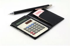 Uma calculadora, uma pena e dinheiro tailandês Imagens de Stock