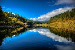 Uma calma calma entre a corredeira de agitação da água branca dá-nos um momento para respirar o ar puro e para apreciar o outubro fotos de stock
