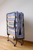 Uma cama de dobramento Imagem de Stock