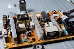 Uma camada grossa de tampas protetoras contra poeira os componentes eletrônicos internos do computador imagem de stock