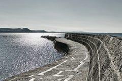 Uma caminhada ao longo do Cobb ~ Lyme Regis foto de stock