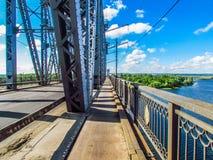 Uma caminhada através da ponte Fotos de Stock Royalty Free