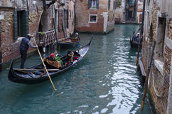 Uma caminhada com a gôndola sobre os canais do estreito de Veneza Fotos de Stock Royalty Free