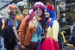 Uma caminhada da cor é um recolhimento informal dos povos criativos que obtêm vestidos ou que vestem-se acima para inspirar e ser fotografia de stock royalty free