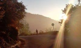 Uma caminhada da manhã nos montes Fotos de Stock Royalty Free
