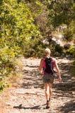 Uma caminhada desportiva nova da mulher Fotos de Stock