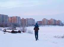 Uma caminhada do inverno para um pai e um filho Imagens de Stock