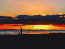 Uma caminhada na praia no por do sol Fotografia de Stock Royalty Free