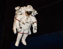 Uma caminhada no espaço em um terno de espaço Fotos de Stock