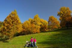 Uma caminhada no outono fotos de stock royalty free