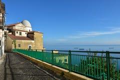 Uma caminhada quieta do outono, agradecimentos ao clima suave do mar imagens de stock royalty free