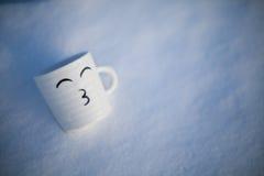 Uma caneca com uma imagem de uma pessoa na neve Fotografia de Stock Royalty Free