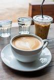 Uma caneca de café do latte e de café de gelo na manhã fotografia de stock royalty free