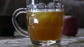 Uma caneca de cerveja com espuma video estoque