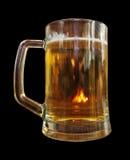 Uma caneca de cerveja em um fundo preto Imagem de Stock Royalty Free