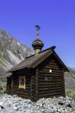 Uma capela pequena nas montanhas fotografia de stock