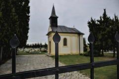 Uma capela pequena no cemitério em Jacovce perto de Topolcany, Eslováquia, Europa Porta à igreja pequena Igreja de Roman Catholic Foto de Stock