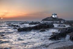 Uma capela pequena pela costa de mar imagens de stock royalty free