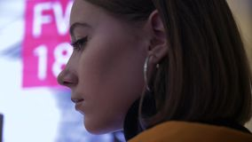 Uma cara de um modelo novo no fundo de anunciar os sinais de néon video estoque