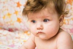 Uma cara surpreendida de uma criança pequena Imagem de Stock