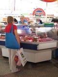 Uma carne de compra da mulher para a venda no mercado de Komarovsky, Minsk Bielorrússia fotos de stock