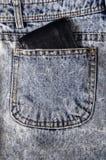 Uma carteira volumosa em um bolso das calças de brim Imagens de Stock Royalty Free