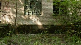 Uma casa abandonada Tiro constante liso e lento da came Dia limpo e brilhante vídeos de arquivo