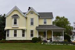 Uma casa amarela grande Imagens de Stock