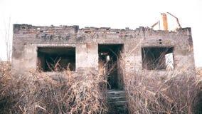 Uma casa arruinada velha na vila video estoque