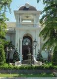 Uma casa bonita da dois-história com palmeiras, árvores, e projeto da paisagem no verão fotos de stock royalty free