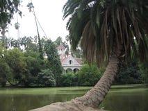 Uma casa bonita escondida atrás das árvores fotos de stock