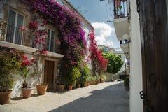 Uma casa branca bonita decorada com cores brilhantes imagens de stock royalty free