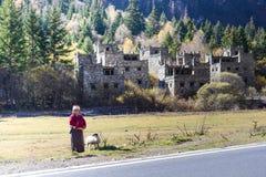 Uma casa chinesa tibetana não identificada da mulher e do log Imagens de Stock Royalty Free