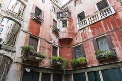 Uma casa com balcões e as flores bonitos em Veneza fotos de stock royalty free