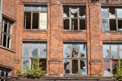 Uma casa condenada velha com janelas quebradas imagens de stock