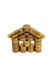 Uma casa construída das moedas isoladas Fotografia de Stock Royalty Free