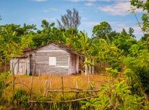 Uma casa da madeira em um ajuste romântico Foto de Stock